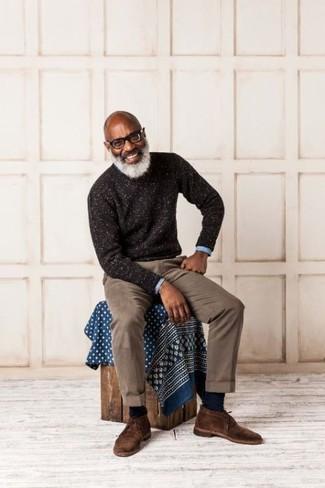 Как и с чем носить: темно-коричневый свитер с круглым вырезом, голубая рубашка с длинным рукавом, коричневые брюки чинос, темно-коричневые замшевые ботинки дезерты