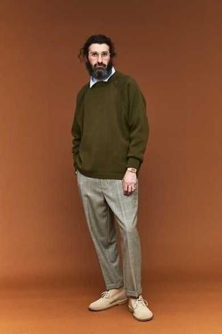 Оливковый свитер с круглым вырезом: с чем носить и как сочетать мужчине: Фанатам стиля casual понравится дуэт оливкового свитера с круглым вырезом и серых брюк чинос в шотландскую клетку. В тандеме с этим луком наиболее уместно выглядят бежевые замшевые ботинки дезерты.