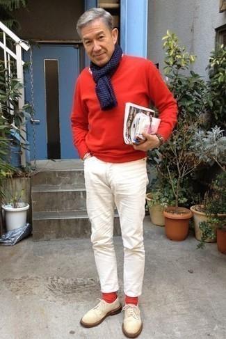 Красные носки: с чем носить и как сочетать мужчине: Красный свитер с круглым вырезом и красные носки — превосходный ансамбль для джентльменов, которые никогда не сидят на месте. Думаешь сделать ансамбль немного строже? Тогда в качестве обуви к этому ансамблю, выбери бежевые замшевые туфли дерби.