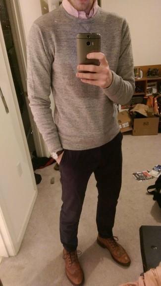 С чем носить темно-пурпурные брюки чинос: Тандем серого свитера с круглым вырезом и темно-пурпурных брюк чинос поможет составить интересный мужской образ в стиле casual. Думаешь привнести сюда немного изысканности? Тогда в качестве дополнения к этому ансамблю, выбирай табачные кожаные броги.