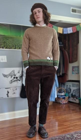 Мужские луки: Такой мужской лук из светло-коричневого свитера с круглым вырезом с принтом и темно-коричневых вельветовых брюк чинос смотрится очень эффектно, и ты точно не останешься без комплимента от представительниц противоположного пола. Опасаешься выглядеть неаккуратно? Закончи этот образ темно-коричневыми кожаными туфлями дерби.