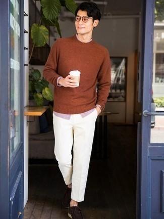 С чем носить темно-коричневые замшевые ботинки дезерты: В табачном свитере с круглым вырезом и белых брюках чинос можно пойти на встречу в непринужденной обстановке или провести выходной день, когда в планах культурное мероприятие без дресс-кода. В этот лук очень просто интегрировать темно-коричневые замшевые ботинки дезерты.