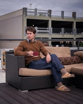 Мода для 20-летних мужчин: Составив ансамбль из коричневого свитера с круглым вырезом и темно-синих брюк чинос, можно спокойно отправляться на свидание с возлюбленной или вечер с коллегами в расслабленной обстановке. Завершив образ светло-коричневыми кожаными сандалиями, можно привнести в него свежие нотки.