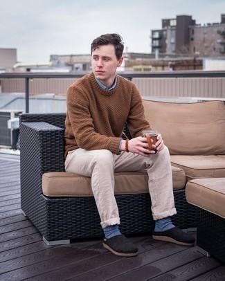 Мода для 20-летних мужчин: Голубая рубашка с длинным рукавом — прекрасная идея для простого, но стильного мужского лука.
