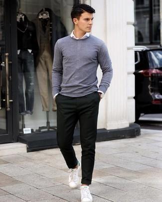 С чем носить темно-коричневые кожаные часы мужчине: Серый свитер с круглым вырезом и темно-коричневые кожаные часы — прекрасная формула для создания стильного и незамысловатого образа. Хочешь сделать образ немного строже? Тогда в качестве дополнения к этому ансамблю, стоит обратить внимание на бело-зеленые кожаные низкие кеды.