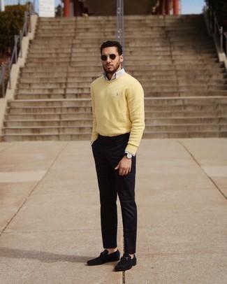 Мужские луки: Несмотря на то, что это достаточно простой лук, сочетание желтого свитера с круглым вырезом и черных брюк чинос неизменно нравится стильным молодым людям, покоряя при этом дамские сердца. Хочешь добавить в этот ансамбль немного классики? Тогда в качестве дополнения к этому луку, выбирай черные замшевые лоферы.