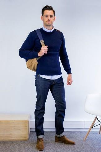 Как и с чем носить: темно-синий свитер с круглым вырезом, голубая рубашка с длинным рукавом, темно-синие джинсы, коричневые замшевые ботинки дезерты