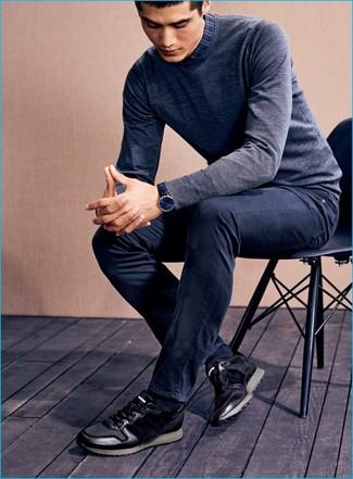 Серый свитер с круглым вырезом и темно-синие джинсы — великолепный вариант для вечера в компании друзей. Черные низкие кеды станут великолепным дополнением к твоему образу.
