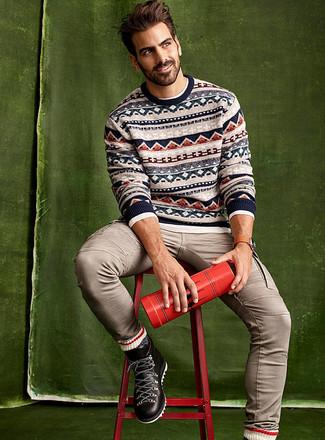 Как и с чем носить: бежевый свитер с круглым вырезом с жаккардовым узором, белая рубашка с длинным рукавом, бежевые джинсы, черные кожаные рабочие ботинки