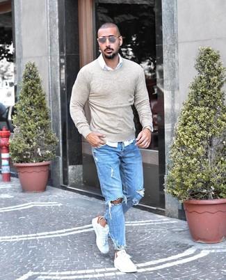 Как и с чем носить: бежевый свитер с круглым вырезом, белая рубашка с длинным рукавом, голубые рваные джинсы, белые кожаные низкие кеды