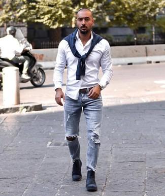 Как и с чем носить: темно-синий свитер с круглым вырезом, белая рубашка с длинным рукавом, голубые рваные джинсы, темно-синие замшевые ботинки челси