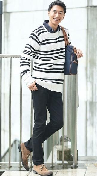 Светло-коричневые замшевые ботинки дезерты: с чем носить и как сочетать: Бело-черный свитер с круглым вырезом в горизонтальную полоску в сочетании с черными джинсами — отличный вариант для создания мужского лука в стиле смарт-кэжуал. Почему бы не добавить в повседневный ансамбль чуточку нарядности с помощью светло-коричневых замшевых ботинок дезертов?