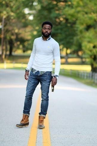 Белый свитер с круглым вырезом: с чем носить и как сочетать мужчине: Если ты ценишь комфорт и функциональность, белый свитер с круглым вырезом и синие рваные джинсы — превосходный вариант для расслабленного повседневного мужского ансамбля. Закончи лук светло-коричневым зимними ботинками, если не хочешь, чтобы он получился слишком зализанным.