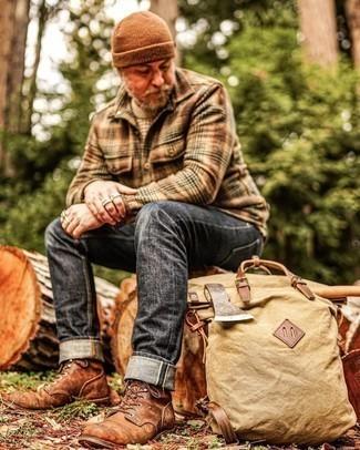 С чем носить коричневую шапку мужчине: Если в одежде ты делаешь ставку на комфорт и функциональность, бежевый свитер с круглым вырезом и коричневая шапка — превосходный выбор для привлекательного мужского образа на каждый день. Хочешь добавить в этот ансамбль толику изысканности? Тогда в качестве дополнения к этому ансамблю, стоит обратить внимание на коричневые кожаные повседневные ботинки.