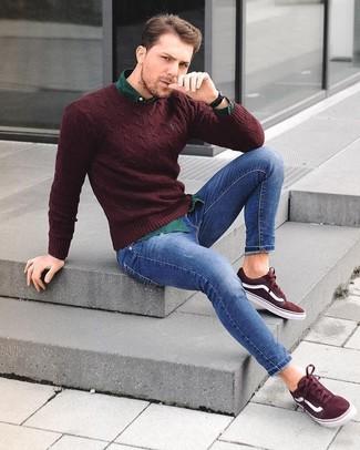Как и с чем носить: темно-красный свитер с круглым вырезом, темно-зеленая рубашка с длинным рукавом, синие зауженные джинсы, темно-красные замшевые низкие кеды