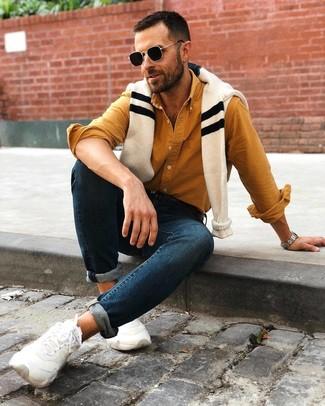 Как и с чем носить: бежевый свитер с круглым вырезом в горизонтальную полоску, горчичная рубашка с длинным рукавом, темно-синие зауженные джинсы, белые кроссовки