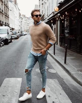 Как и с чем носить: светло-коричневый свитер с круглым вырезом, голубая рубашка с длинным рукавом, голубые рваные зауженные джинсы, белые низкие кеды