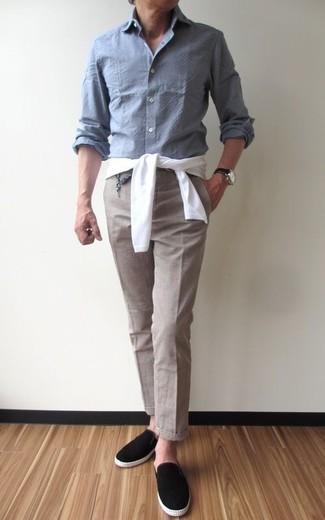 Как и с чем носить: белый свитер с круглым вырезом, серая рубашка с длинным рукавом из шамбре, бежевые классические брюки, черные замшевые слипоны