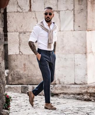 Как и с чем носить: бежевый свитер с круглым вырезом, белая рубашка с длинным рукавом, темно-синие классические брюки, коричневые замшевые лоферы с кисточками
