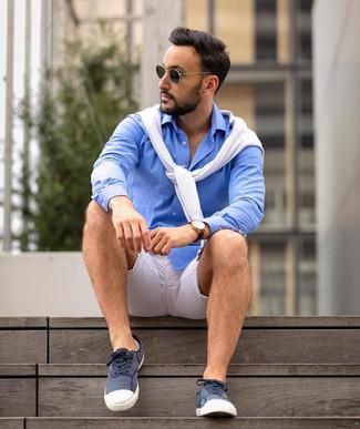 Как и с чем носить: белый свитер с круглым вырезом, синяя рубашка с длинным рукавом, темно-сине-белые низкие кеды из плотной ткани, темно-зеленые солнцезащитные очки