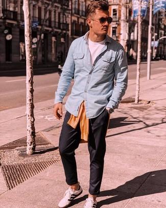 Как и с чем носить: оранжевый свитер с круглым вырезом, голубая рубашка с длинным рукавом из шамбре, белая футболка с круглым вырезом, черные брюки чинос в вертикальную полоску