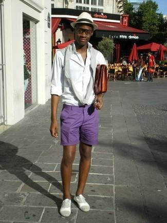 Как и с чем носить: серый свитер с круглым вырезом, белая рубашка с длинным рукавом, фиолетовые шорты, серые замшевые оксфорды