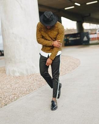 С чем носить табачный свитер с круглым вырезом мужчине: Табачный свитер с круглым вырезом и черные брюки чинос прочно обосновались в гардеробе многих мужчин, помогая создавать запоминающиеся и стильные луки. Думаешь добавить в этот образ нотку строгости? Тогда в качестве обуви к этому образу, обрати внимание на черные кожаные туфли дерби.