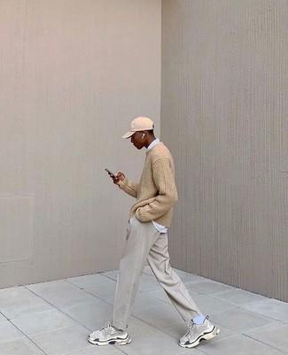 С чем носить серые брюки чинос: Светло-коричневый свитер с круглым вырезом и серые брюки чинос будут прекрасно смотреться в стильном гардеробе самых взыскательных джентльменов. Чтобы привнести в образ немного беззаботства , на ноги можно надеть серые кроссовки.