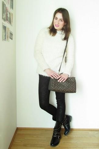 Как и с чем носить: белый пушистый свитер с круглым вырезом, белая рубашка с коротким рукавом, черные джинсы скинни с принтом, черные кожаные ботинки на шнуровке с шипами