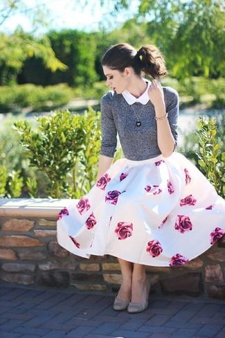 Как и с чем носить: серый свитер с круглым вырезом, белая рубашка с коротким рукавом, бело-ярко-розовая пышная юбка с цветочным принтом, серые кожаные балетки