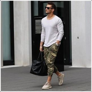 Как и с чем носить: белый свитер с круглым вырезом, оливковые спортивные штаны с камуфляжным принтом, бежевые низкие кеды, черная кожаная дорожная сумка