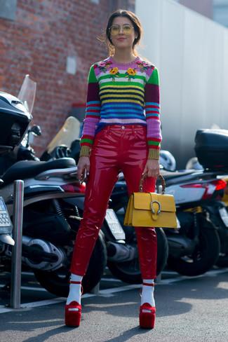 Как и с чем носить: разноцветный свитер с круглым вырезом в горизонтальную полоску, красные кожаные узкие брюки, красные замшевые босоножки на каблуке, желтая кожаная сумка-саквояж