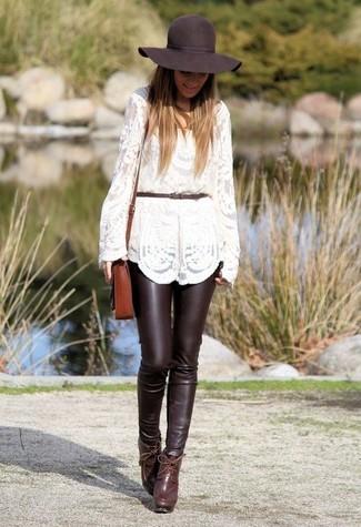 Как и с чем носить: белый кружевной свитер с круглым вырезом, темно-коричневые кожаные узкие брюки, темно-красные кожаные ботильоны, коричневая кожаная сумка через плечо