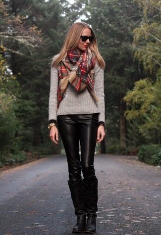 Как и с чем носить: серый свитер с круглым вырезом, черные кожаные узкие брюки, черные кожаные сапоги, красный шарф в шотландскую клетку