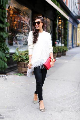 Как и с чем носить: белый свитер с круглым вырезом с перьями, черные кожаные узкие брюки, бежевые кожаные туфли с леопардовым принтом, красный кожаный клатч