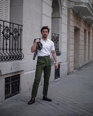 С чем носить оливковые брюки чинос: Если ты любишь одеваться модно, и при этом чувствовать себя комфортно и уверенно, тебе стоит примерить это сочетание темно-коричневого свитера с круглым вырезом и оливковых брюк чинос. Не прочь добавить сюда немного строгости? Тогда в качестве обуви к этому образу, стоит обратить внимание на темно-красные кожаные ботинки челси.