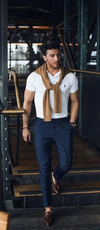 Как и с чем носить: светло-коричневый свитер с круглым вырезом, белая футболка-поло, темно-синие классические брюки в вертикальную полоску, темно-коричневые кожаные лоферы с кисточками