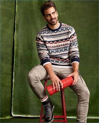 Как и с чем носить: бежевый свитер с круглым вырезом с жаккардовым узором, белая футболка с длинным рукавом, бежевые брюки карго, черные кожаные рабочие ботинки