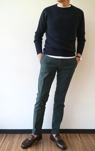 Как и с чем носить: черный свитер с круглым вырезом, белая футболка с круглым вырезом, темно-зеленые брюки чинос, темно-коричневые кожаные лоферы