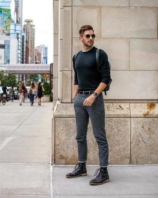 Как и с чем носить: черный свитер с круглым вырезом, белая футболка с круглым вырезом, темно-серые брюки чинос, черные кожаные повседневные ботинки