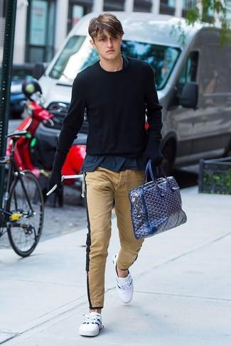 Как и с чем носить: черный свитер с круглым вырезом, темно-синяя футболка с круглым вырезом, светло-коричневые брюки чинос, белые низкие кеды
