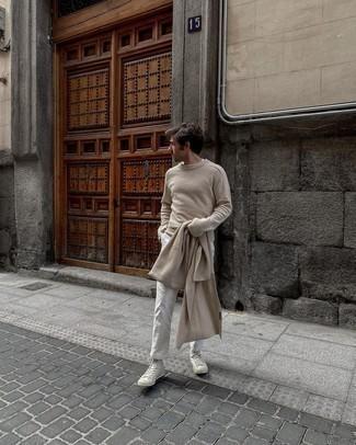 С чем носить белые высокие кеды из плотной ткани мужчине: Для вечера в кино или кафе прекрасно подойдет тандем бежевого свитера с круглым вырезом и белых брюк чинос. В паре с белыми высокими кедами из плотной ткани весь образ выглядит очень динамично.