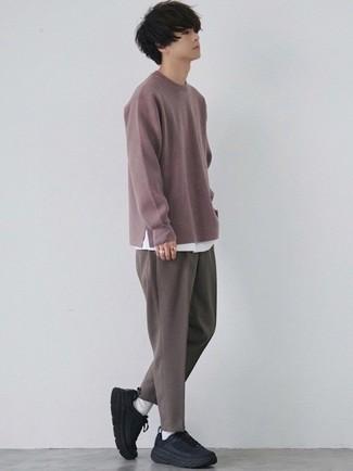 Мода для подростков парней: Пурпурный свитер с круглым вырезом и коричневые брюки чинос — беспроигрышный лук, если ты хочешь создать лёгкий, но в то же время стильный мужской лук. Тебе нравятся дерзкие решения? Закончи свой образ черными кроссовками.
