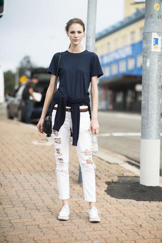 Как и с чем носить: черный свитер с круглым вырезом, черная футболка с круглым вырезом, белые рваные джинсы-бойфренды, белые низкие кеды