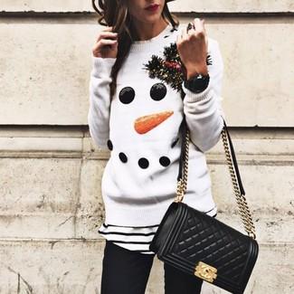 Как и с чем носить: белый новогодний свитер с круглым вырезом, бело-черная футболка с круглым вырезом в горизонтальную полоску, черные джинсы скинни, черная кожаная стеганая сумка через плечо