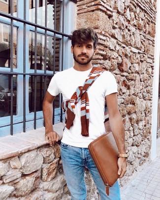 Как и с чем носить: табачный свитер с круглым вырезом в горизонтальную полоску, белая футболка с круглым вырезом, голубые джинсы, табачный кожаный мужской клатч