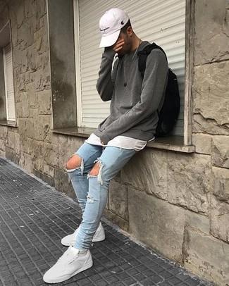 Как и с чем носить: серый свитер с круглым вырезом, белая футболка с круглым вырезом, голубые рваные зауженные джинсы, белые кожаные низкие кеды