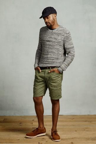 Как и с чем носить: серый вязаный свитер с круглым вырезом, черная футболка с круглым вырезом, оливковые шорты, табачные замшевые туфли дерби