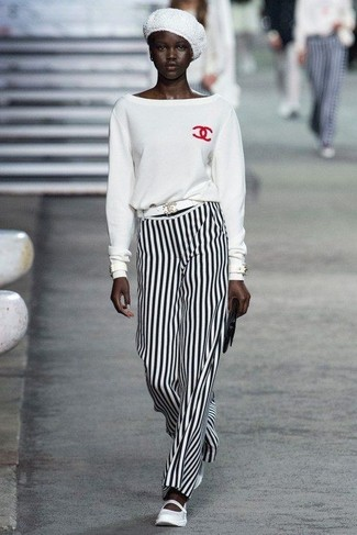 Как и с чем носить: белый свитер с круглым вырезом, бело-черные широкие брюки в вертикальную полоску, белые кожаные балетки, черный кожаный клатч