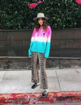 Как и с чем носить: разноцветный свитер с круглым вырезом c принтом тай-дай, коричневые широкие брюки с леопардовым принтом, черные кожаные лоферы, серая шерстяная шляпа